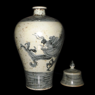 Yuan blue and white underglaze vase